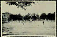 1 vue  - Place du Champ de Mars, les écoles, le Monument aux Morts (ouvre la visionneuse)