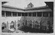 1 vue  - Abbaye - le cloître arrière plan la tour des archives (ouvre la visionneuse)