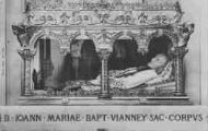 1 vue  - sans légende corps du Saint Curé d'Ars dans sa châsse (ouvre la visionneuse)