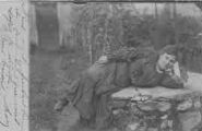 1 vue  - en extérieur : femme accoudée sur un mur (ouvre la visionneuse)