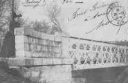 1 vue  - femme accoudée sur le parapet d'un pont (ouvre la visionneuse)