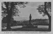 1 vue  - au promenoir, statue de Brillat-Savarin face au grand colombier (ouvre la visionneuse)