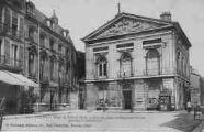 1 vue  - Hôtel-de-Ville et hôtel de Bohans, siège de proconsul Albitte pendant la Révolution (ouvre la visionneuse)