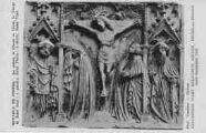 1 vue  - Eglise de Brou - Exposition d'art religieux ancien - Août-Septembre 1933 - retable de pierre - au milieu le Christ en croix, la Vierge et Saint-Jean, à gauche, Saint-Pierre, à droite, Saint-Paul (ouvre la visionneuse)