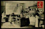 1 vue  - Ecole ménagère - Cours de cuisine (ouvre la visionneuse)