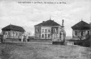 1 vue  - la Place, les écoles et la Mairie (ouvre la visionneuse)