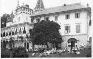 1 vue  - Le Château avec les pensionnaires en extérieur (ouvre la visionneuse)