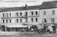 1 vue  - La place et l'Hôtel des Touristes (ouvre la visionneuse)