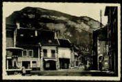 1 vue  - [La Place] Village du canton de Pont-de-Veyle, desservi par le tramàay de Saint-Trivier-de-Courte à Jassans. 790 habitants. Pays de plaine. Commerce de céréales, bétail et volailles. (ouvre la visionneuse)