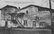 1 vue  - maison qui fut habitée par le fameux Dumollard guillotiné sur la place de Montluel (7 mars 1862) (ouvre la visionneuse)