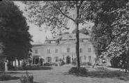 1 vue  - Château de Ferney, habité par Voltaire, et lieu de rendez-vous des personnalités célèbres de la seconde moitié du XVIIIe siècle. (ouvre la visionneuse)