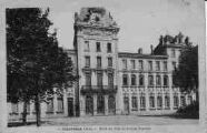 1 vue  - Hôtel de Ville et groupe scolaire (ouvre la visionneuse)