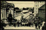 1 vue  - sortie des ouvriers des usines de soieries à Jujurieux (ouvre la visionneuse)
