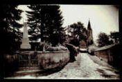 1 vue  - [Monument aux morts et rue de l'église] (ouvre la visionneuse)