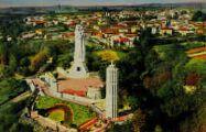 1 vue  - la Vierge monumentale, le Campanile et le petit village du mas-Rillier (ouvre la visionneuse)
