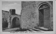 1 vue  - entrée de l'église - les remparts et porte extérieure (ouvre la visionneuse)