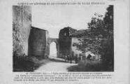 1 vue  - l'église fortifiée et la prémière enceinte des remparts (ouvre la visionneuse)