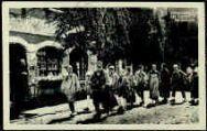 1 vue  - Les Caras Pérozards [les enfants sont tous de Pérouges, le vielleux est bressan, 1942] (ouvre la visionneuse)