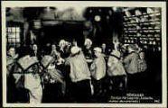 1 vue  - Les Caras Pérozards-Le Gotta 'autour de la table' [les enfants sont tous de Pérouges, le vielleux est bressan, 1942] (ouvre la visionneuse)
