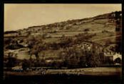 1 vue  - L'abri préhistorique de la Colombière et vue sur la montagne (ouvre la visionneuse)