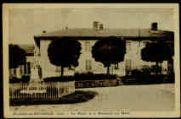 1 vue  - La Mairie et le Monument aux Morts (ouvre la visionneuse)