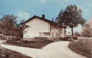 1 vue  - la sortie du bourg -maison Thévenard - cabine téléphonique (ouvre la visionneuse)