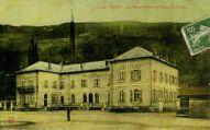 1 vue  - la place, l'Hôtel-de-Ville et les écoles (ouvre la visionneuse)