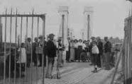 1 vue  - 1914 entrée du pont de Thoissey - le pontonnier armé d'un fusil (ouvre la visionneuse)