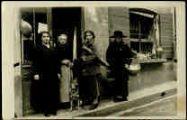 1 vue  - [Epicerie 10 rue de l'Herberu, Mme Lachal, grand-mère de Claudia Louise, épouse Bertrand années 1920] (ouvre la visionneuse)