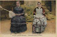 1 vue  - anciens costumes bressans - bressanes filant au rouet (ouvre la visionneuse)