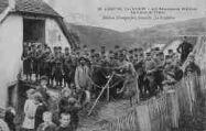 1 vue  - Camp du Valdahon - Les Amusements Militaires, La Danse de l'Ours (ouvre la visionneuse)