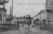 1 vue  - la Valbonne - passage à niveau - avenue du camp (ouvre la visionneuse)
