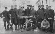 1 vue  - La Valbonne - groupe de soldats posant devant une arme (ouvre la visionneuse)