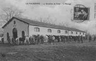 1 vue  - La Valbonne - 14e Escadron du Train - Le pansage (ouvre la visionneuse)