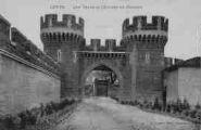 1 vue  - les Tours et l'entrée du château (ouvre la visionneuse)